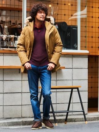 Marie un pull à col en v bordeaux avec un jean bleu pour un look de tous les jours facile à porter. Une paire de des chaussures bateau en daim brunes foncées s'intégrera de manière fluide à une grande variété de tenues.
