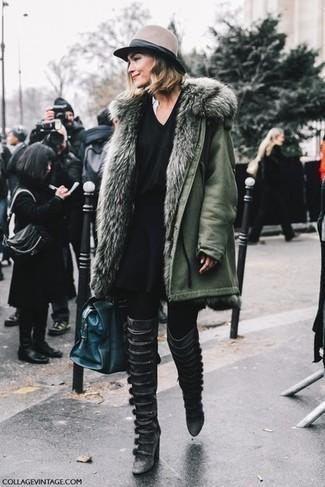 Comment porter: parka olive, pull à col en v noir, jupe patineuse noire, cuissardes en cuir noires