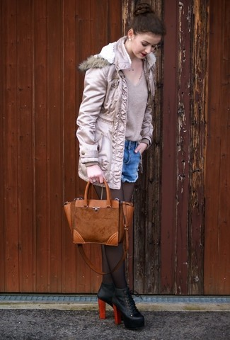 Comment porter: parka beige, pull à col en v beige, short en denim bleu, bottines en cuir noires