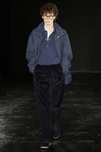 Comment porter: parka bleu marine, pull à col polo bleu marine, t-shirt à col boutonné blanc, pantalon de costume en velours côtelé bleu marine