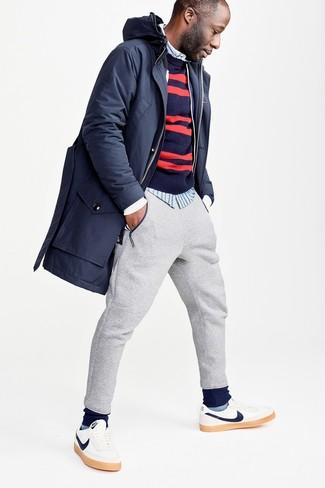 Comment porter: parka bleu marine, pull à col rond à rayures horizontales bleu et rouge, chemise à manches longues à rayures verticales bleu clair, pantalon de jogging gris