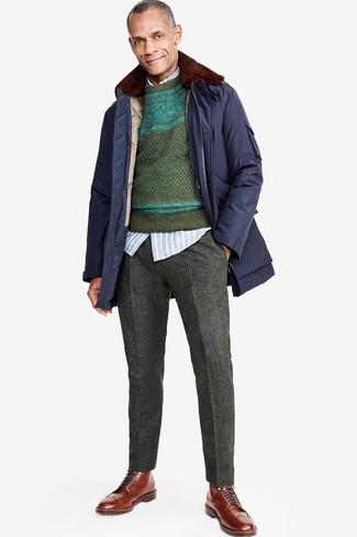 Comment porter: parka bleu marine, pull à col rond en jacquard vert foncé, chemise à manches longues à rayures verticales bleu clair, pantalon de costume en laine gris foncé