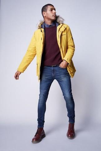 Comment porter: parka jaune, pull à col rond bordeaux, chemise à manches longues écossaise bleu marine, jean skinny bleu
