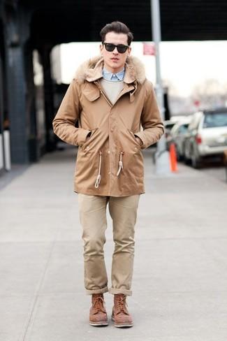 Comment porter: parka marron clair, pull à col rond beige, chemise à manches longues bleu clair, pantalon chino beige
