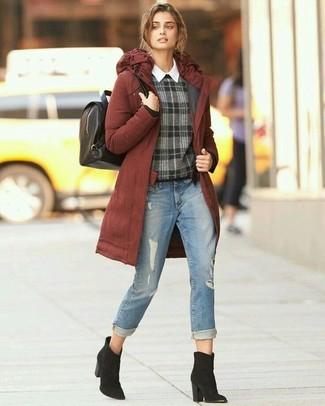 Comment porter: parka tabac, pull à col rond écossais gris foncé, chemise de ville blanche, jean déchiré bleu clair