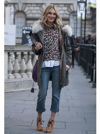 Comment porter: parka gris foncé, pull à col rond imprimé léopard marron, chemise de ville blanche, jean bleu