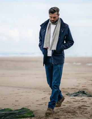 Comment porter: parka bleu marine, pull à col rond blanc, jean bleu, bottines chukka en daim olive