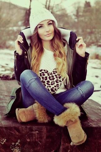 Comment porter: parka olive, pull à col rond imprimé léopard blanc, jean bleu, bottes ugg marron clair
