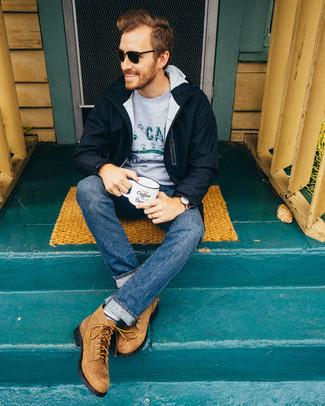 Comment porter: parka bleu marine, pull à col rond imprimé gris, jean bleu, bottes de loisirs en daim marron clair
