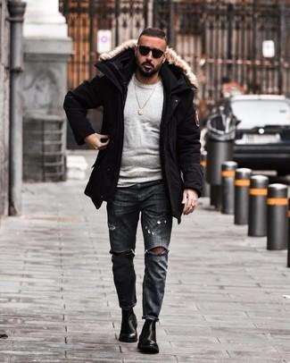 Comment porter: parka noire, pull à col rond gris, jean déchiré gris foncé, bottines chelsea en cuir noires