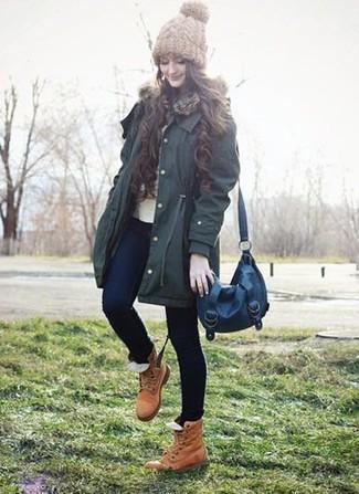 Comment porter: parka vert foncé, pull à col rond beige, jean skinny bleu marine, bottines plates à lacets en cuir marron clair