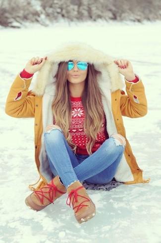 Comment porter: parka marron clair, pull à col rond en jacquard rouge, jean skinny déchiré bleu clair, bottes ugg marron clair