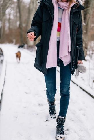 Affiche ton côté espiègle avec une parka noire et une écharpe. Une paire de des bottes d'hiver en daim noires s'intégrera de manière fluide à une grande variété de tenues.