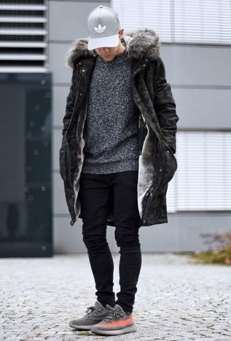 Comment porter: parka camouflage olive, pull à col rond gris foncé, jean skinny noir, chaussures de sport grises