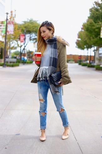 Comment porter: parka olive, pull à col rond à franges gris, jean skinny déchiré bleu, ballerines en cuir beiges