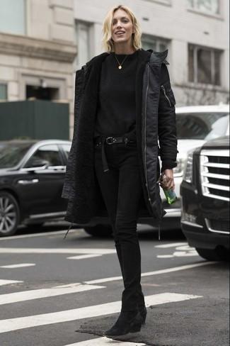 Comment porter: parka noire, pull à col rond noir, jean skinny noir, bottines en daim noires