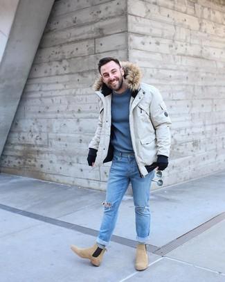 Comment porter: parka beige, pull à col rond bleu, jean skinny déchiré bleu clair, bottines chelsea en daim marron clair