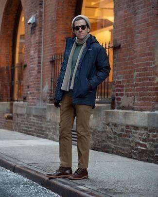 Comment porter un pantalon chino marron: Harmonise une parka bleu marine avec un pantalon chino marron pour un look de tous les jours facile à porter. Jouez la carte classique pour les chaussures et fais d'une paire de des bottes de loisirs en cuir marron foncé ton choix de souliers.