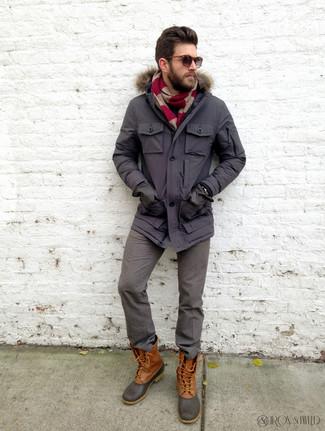Comment porter un pantalon de costume en laine gris: Choisis une parka gris foncé et un pantalon de costume en laine gris pour créer un look chic et décontracté. Si tu veux éviter un look trop formel, opte pour une paire de des bottes d'hiver marron.