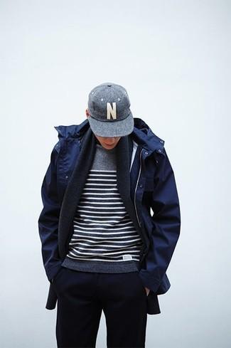 Comment porter: parka bleu marine, pull à col rond à rayures horizontales gris, pantalon de jogging bleu marine, casquette de base-ball grise