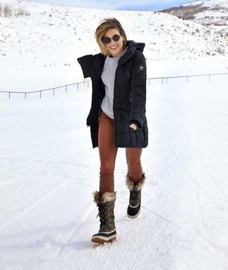 Comment porter: parka noire, pull à col rond gris, pantalon slim en velours côtelé marron, bottes d'hiver grises