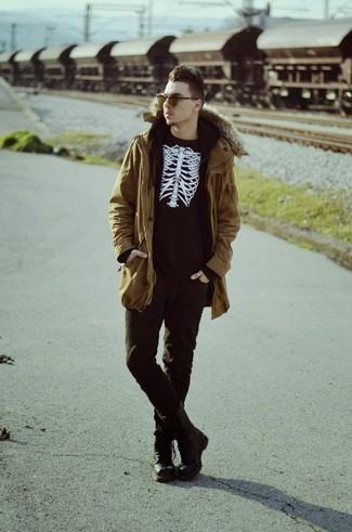 Comment porter: parka moutarde, pull à col rond imprimé noir et blanc, sweat à capuche noir, jean noir