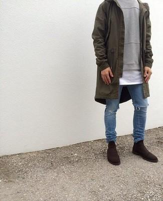 Comment porter: parka légère olive, pull à col rond gris, t-shirt à col rond blanc, jean déchiré bleu