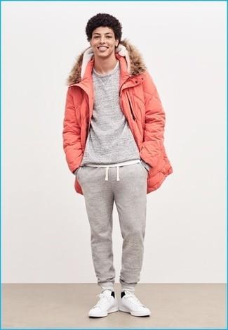 Comment porter une parka orange: Pense à associer une parka orange avec un pantalon de jogging gris pour une tenue idéale le week-end. Une paire de des baskets basses en cuir blanches ajoutera de l'élégance à un look simple.
