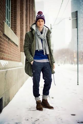 Comment porter des bottines chukka en daim marron en hiver: Porte une parka olive et un pantalon chino en laine gris foncé pour une tenue confortable aussi composée avec goût. Ajoute une paire de des bottines chukka en daim marron à ton look pour une amélioration instantanée de ton style. Cette tenue est une superbe idée pour cette saison.