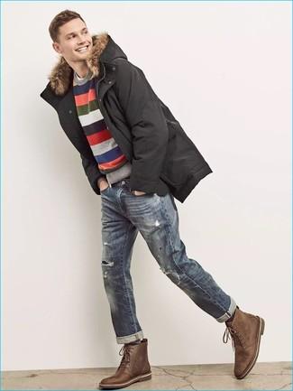 Comment porter: parka noire, pull à col rond à rayures horizontales multicolore, t-shirt à col rond blanc, jean déchiré bleu