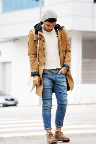 Comment porter des bottines chukka en daim marron en hiver: Pense à harmoniser une parka marron clair avec un jean bleu pour un look idéal le week-end. D'une humeur créatrice? Assortis ta tenue avec une paire de des bottines chukka en daim marron. Cette tenue est une bonne idée pour cette saison.
