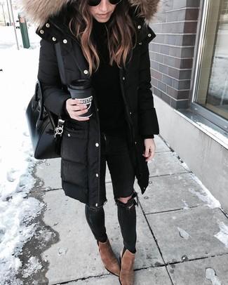Comment porter: parka noire, pull à col roulé noir, jean skinny déchiré noir, bottines en daim marron