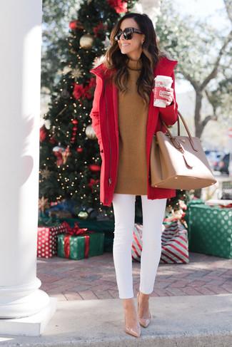 Comment porter: parka rouge, pull à col roulé tabac, jean skinny blanc, escarpins en cuir beiges