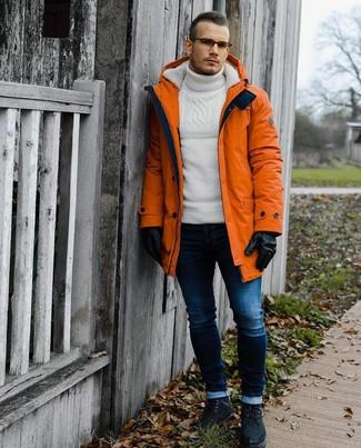 Comment porter: parka orange, pull à col roulé en laine en tricot blanc, jean skinny bleu marine, bottes de loisirs en daim noires