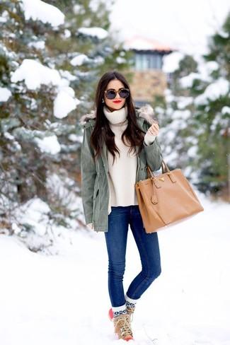 Comment porter: parka grise, pull à col roulé beige, jean skinny bleu, bottes d'hiver marron clair