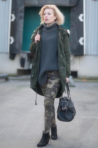 Comment porter: parka vert foncé, pull à col roulé en tricot gris foncé, pantalon cargo camouflage olive, bottines en cuir noires