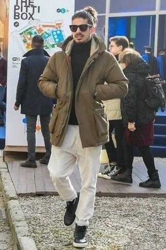 Comment porter un pantalon chino en velours côtelé blanc: Pense à marier une parka marron avec un pantalon chino en velours côtelé blanc pour un déjeuner le dimanche entre amis. Mélange les styles en portant une paire de baskets montantes en cuir noires.