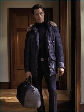 Comment porter: parka bleu marine, pull à col roulé noir, pantalon de costume noir, fourre-tout en cuir noir