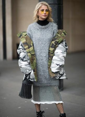Comment porter: parka camouflage grise, pull à col roulé noir, robe-pull en tricot grise, bottines à lacets en cuir noires