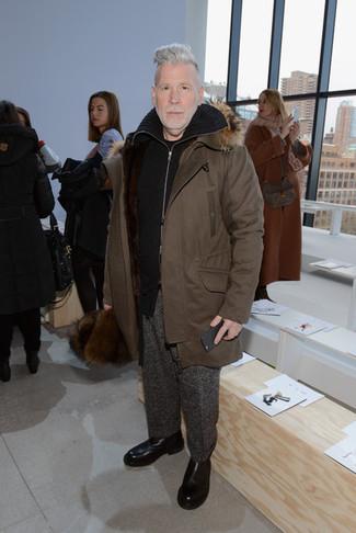 Comment porter: parka marron, pull à fermeture éclair noir, t-shirt à col rond noir, pantalon de costume en laine gris foncé