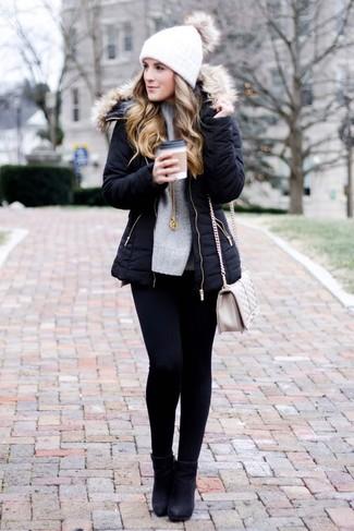 Comment porter: parka noire, pull surdimensionné en tricot gris, jean skinny noir, bottines en cuir noires