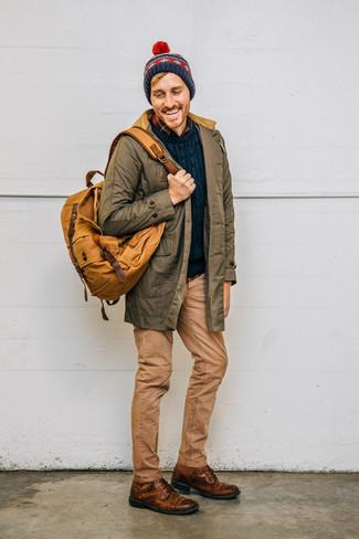 Comment porter: parka olive, pull torsadé bleu marine, chemise à manches longues en flanelle écossaise bleu marine, jean marron clair