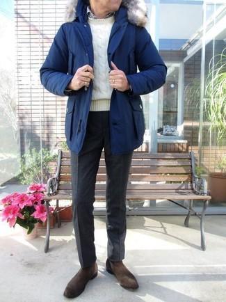 Comment porter: parka bleue, pull torsadé blanc, chemise à manches longues en vichy blanche et noire, pantalon de costume en laine noir