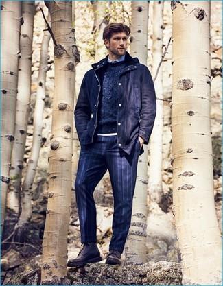 Comment porter: parka en laine bleu marine, pull torsadé bleu marine, chemise de ville bleu clair, pantalon de costume à rayures verticales bleu marine