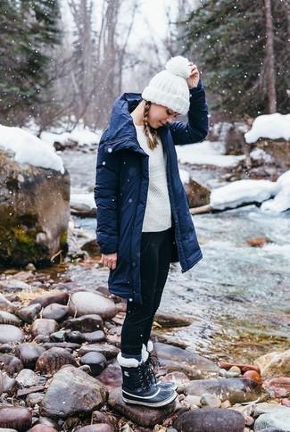 Comment porter: parka bleu marine, pull torsadé blanc, jean skinny noir, bottes d'hiver noires