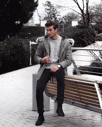 Comment porter des bottines chelsea en daim noires: Une parka grise et un jean skinny noir sont une tenue géniale à avoir dans ton arsenal. D'une humeur audacieuse? Complète ta tenue avec une paire de des bottines chelsea en daim noires.