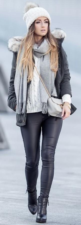 Comment porter: parka gris foncé, pull torsadé blanc, leggings en cuir noirs, bottines en cuir noires