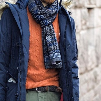 Comment porter: parka bleu marine, pull torsadé orange, pantalon chino olive, cravate imprimée bleu marine