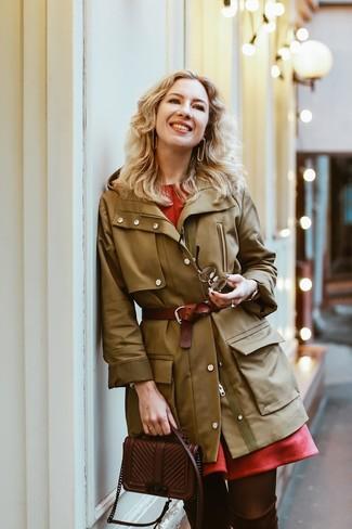 Comment porter: parka olive, robe évasée rouge, cuissardes en daim marron foncé, sac bandoulière en cuir marron foncé
