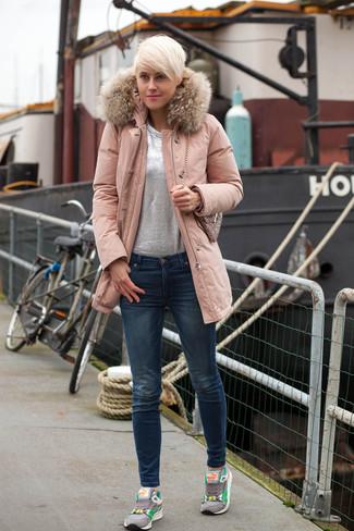 Harmonise une parka rose avec un jean skinny bleu marine pour achever un look chic. Tu veux y aller doucement avec les chaussures? Fais d'une paire de des chaussures de sport grises ton choix de souliers pour la journée.
